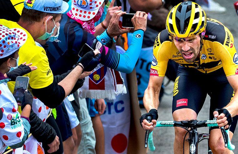 Tom Dumoulin komt aan op de top van Col de Marie Blanque. Beeld Klaas Jan van der Weij