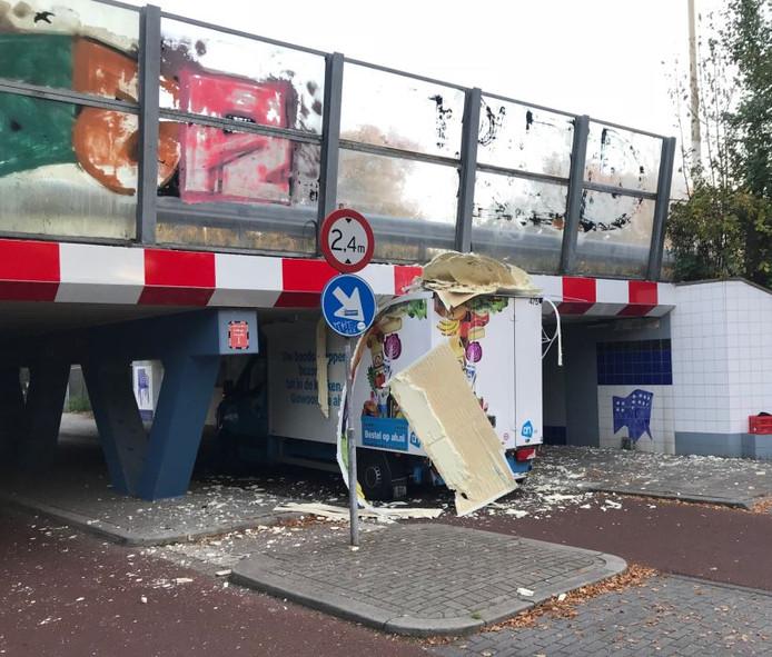 Het dak van het boodschappenbusje van de Albert Heijn is helemaal aan gort gereden.