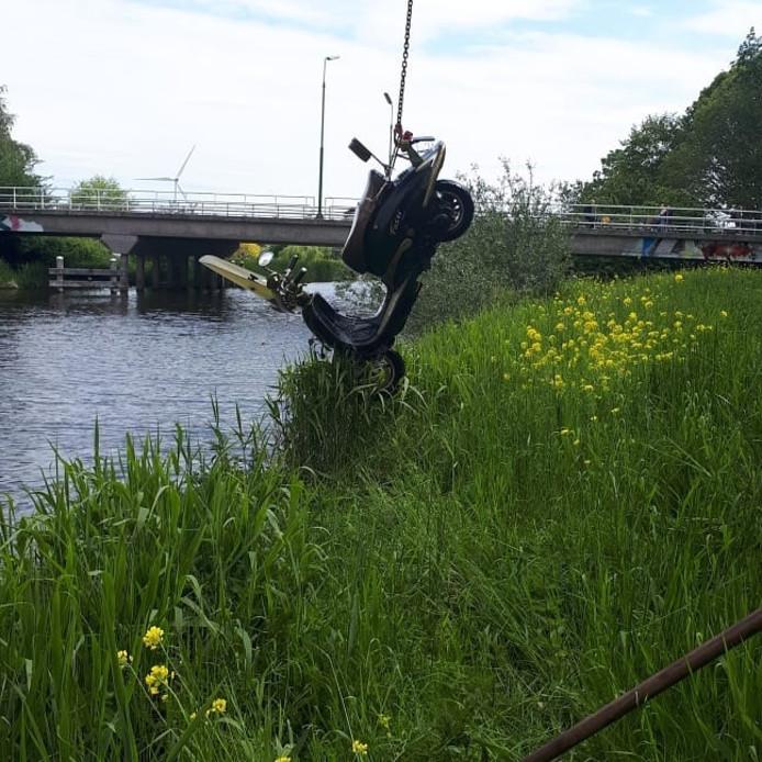 Na een zoektocht wordt de gestolen scooter uit het water gevist.