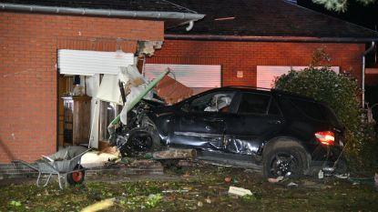 Auto ramt verlichtingspaal en tuinhuis, knalt daarna huis binnen in Schilde