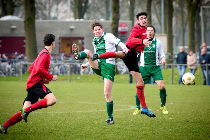 Tim van Ekert van EFC (r) in duel met RPC-speler Joris van der Steen.