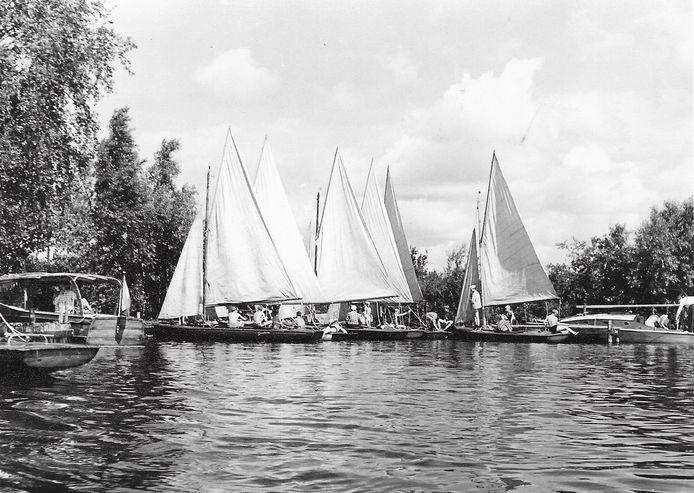 Vanaf 1945 organiseerde pastoor Holtus zeilweken voor de Brabantse jeugd op zijn eigen eilandje in de Loosdrechtse Plassen. Nog steeds vinden er jaarlijks zeilkampen plaats. Het eilandje wordt beheerd door de Eindhovense Van Hasseltstichting.