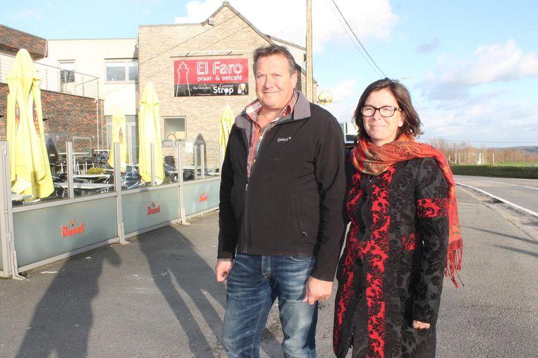 Nancy Debleser samen met haar man Danny De Mulder aan hun café El Faro, op de top van de Bosberg.