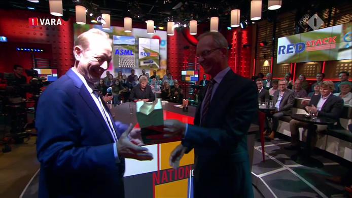 Pieter Hoff neemt de prijs in ontvangst van minister Henk Kamp.