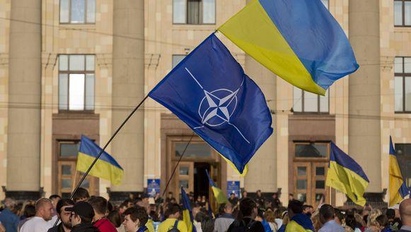 Inwoners van de Oekraïense stad Charkov demonstreren op het Lenin plein tegen de Russische president Vladimir Poetin.