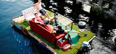 Amersfoortse vrienden chillen op hun eigen vlot mét barbecue: 'Dit is maximaal genieten'