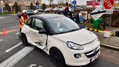 Auto ramt verkeerslicht bij ongeval