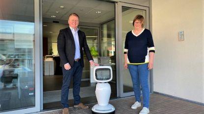 """Woonzorgcentrum Riethove verwelkomt zorgrobot James: """"Mooie aanvulling op gesprekken via Skype"""""""