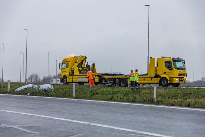 Automobilsit raakt van de weg bij A2-afrit bij Vinkeveen.