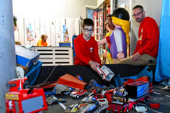 BREDA -  Jayden (12) legt de laatste hand aan het bouwen van het miniatuur van het snelwegongeval dat hij in maart van dit jaar meemaakte.