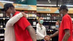 """""""Geef me een knuffel"""": voormalig NBA-ster Dennis Rodman houdt zich niet aan coronamaatregelen"""