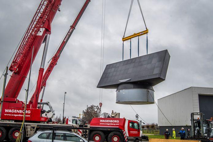 Thales in Hengelo, bezig met het transport van de inmiddels geïnstalleerde nieuwe radar voor Wier (Friesland). Een soortgelijke moet in Herwijnen komen.