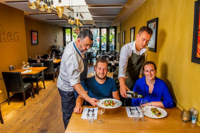 De crew van Buiten Eten + Drinken: chef-kok Stephan Habbs, kok Eelco Böhm, eigenaar Maurice Camfferman en gastvrouw Wendy Kouwenhoven.