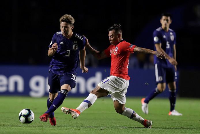 Yuta Nakayama (links) in actie voor Japan tegen Chili.
