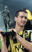 Nikos Machlas met de trofee voor topscorer van de Eredivisie van het seizoen 1997/1998.