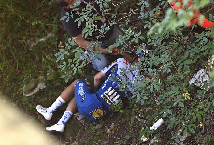 Evenepoel in het ravijn na zijn horrorcrash in de Ronde van Lombardije.