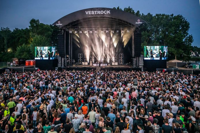 Het optreden van Nothing But Thieves op Vestrock. De band kon worden geboekt door samen te werken met Dauwpop.