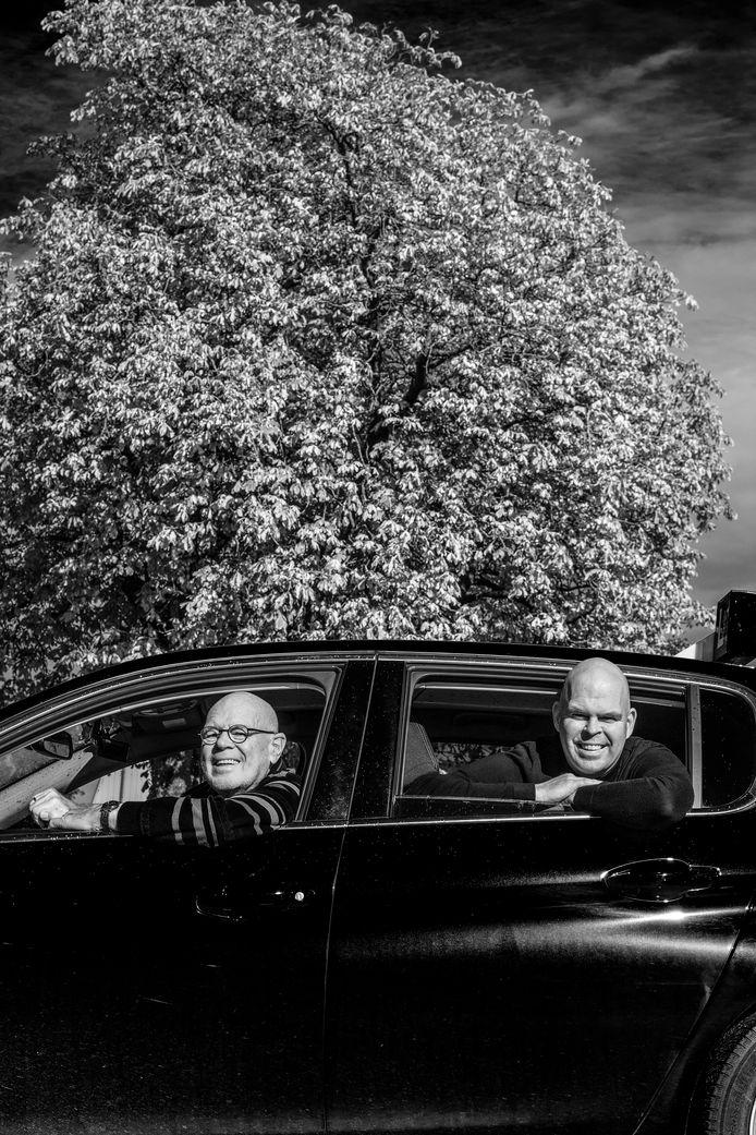 Simon Oegema (links) houdt het na 50 jaar gezien bij de Ochtense rijschool die hijzelf oprichtte. De kinderen - waaronder zoon Arjan (rechts) nemen het bedrijf over.