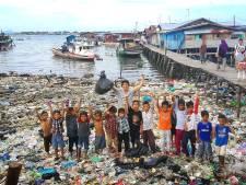 Gillende meisjes voor Tijmen die afval opruimt in Azië