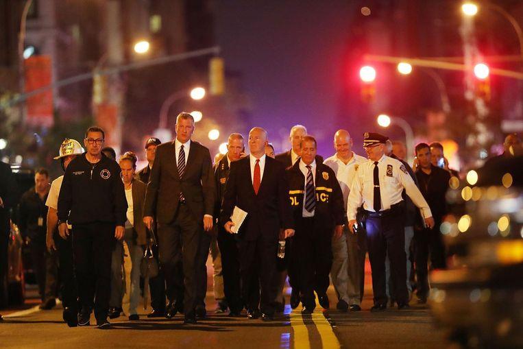Burgemeester Bill de Blasio en de politie lopen naar een gezamenlijke persconferentie. Beeld afp