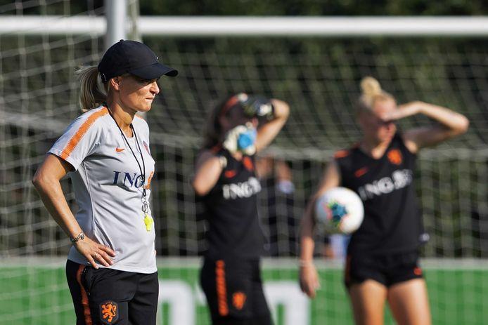 Sarina Wiegman op het trainingsveld in de aanloop naar het duel met Estland.