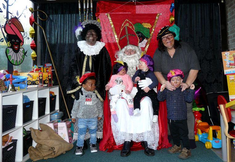 Marcella Dossche (links), 80 jaar en Zwarte Piet, met haar zoon als Sint en schoondochter Petra als 'roetpiet'