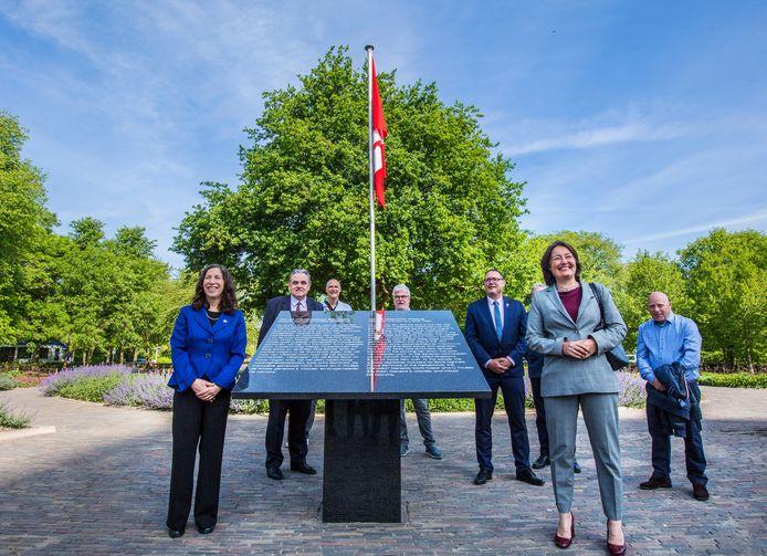 Monument voor de Canadese bevrijders op de Savornin Lohmanplein. Linksvoor de Canadese ambassadeur en rechts wethouder Saskia Bruines