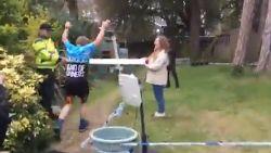 Man loopt marathon door zelfgemaakt parcours in achtertuin