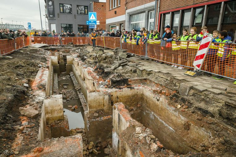 Honderden buurtbewoners en scholieren kwamen een kijkje nemen naar de bunker voor die weer onder de grond verdwijnt.