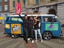 Meeluisteren met verhalen van de Kindertelefoon in een busje op de Stadhuisbrug