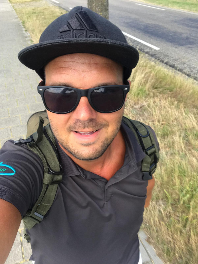 Leon Dijkman (30) tijdens een van zijn wandelingen. Nu zet hij zich in voor het goede doel, door 1902 kilometer te lopen om geld in te zamelen voor de Ziekte van Batten.