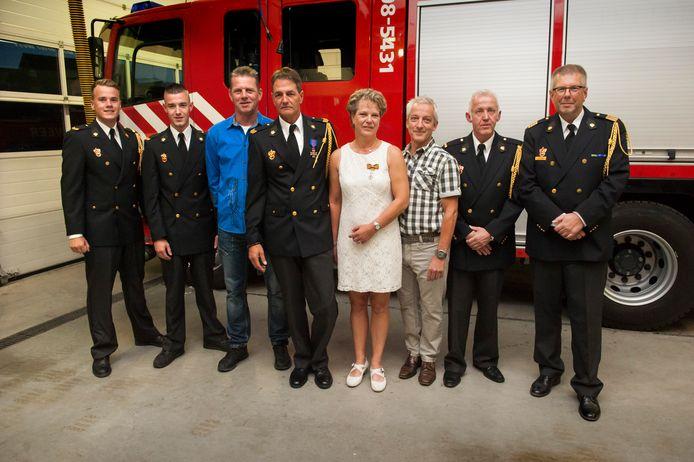 Van links naar rechts: Robin de Haas (diploma manschap A), Christian Quik (diploma manschap A), Albert Juinen, Rinie Hoffmans (jubileum 20 jaar), Mariëtte van Dijk (Koninklijke Onderscheiding), Guus Knoops (afscheidspenning), Chris Quik (groepschef) en Ronald Jansen (brandweermanager).
