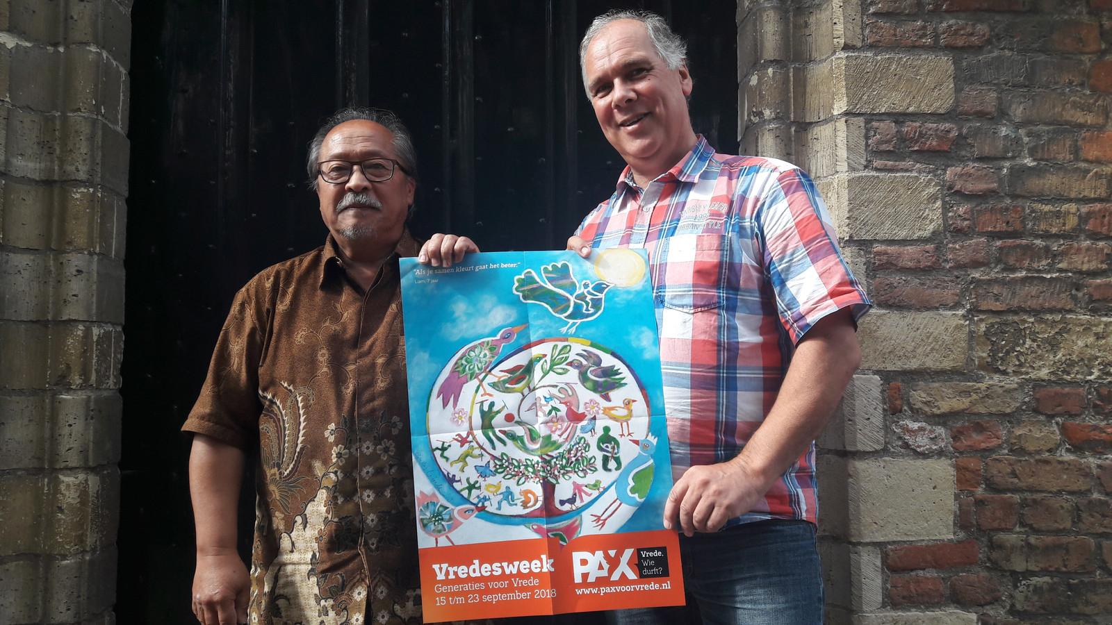 Alex Soplantila (links) en Henk Goudzwaard van de werkgroep Vredesweek Walcheren