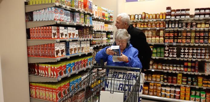 Het is even zoeken in de grote supermarkt. Maar het boodschappenlijstje wordt vakkundig afgewerkt.