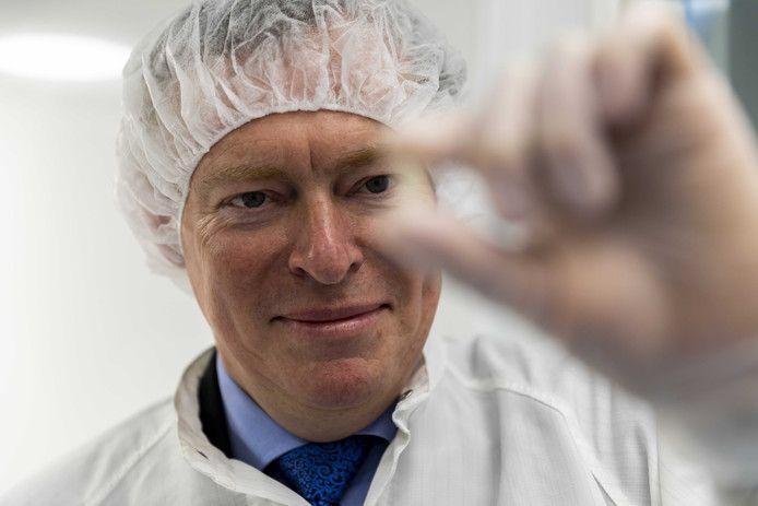 Minister Bruno Bruins bij de opening van het lab van een Haagse apotheker die een alternatief maakt voor het peperdure middel Orkambi.