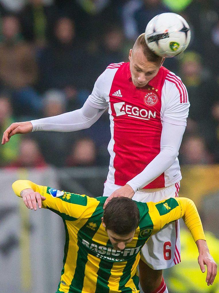 Van der Hoorn in duel met ADO-spits Kramer. Beeld anp