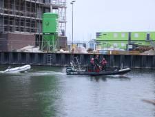 Brandweer haalt twee jongens in gestrand bootje van het water in Harderwijk