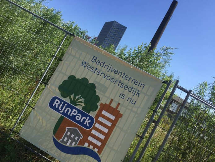 Poster van Rijnpark op een uitloper van het voormalige industriegebied: het voormalige Cobercoterrein aan de Nieuwe Kade.