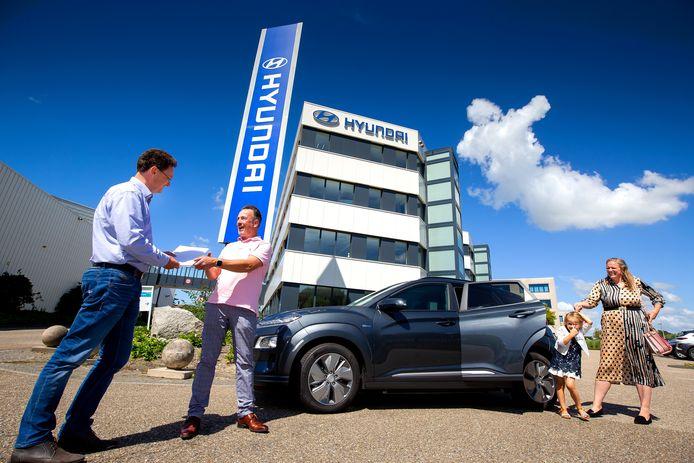 Het gezin Groeneveld tijdens het ophalen van de Kona Electric bij Hyundai Nederland