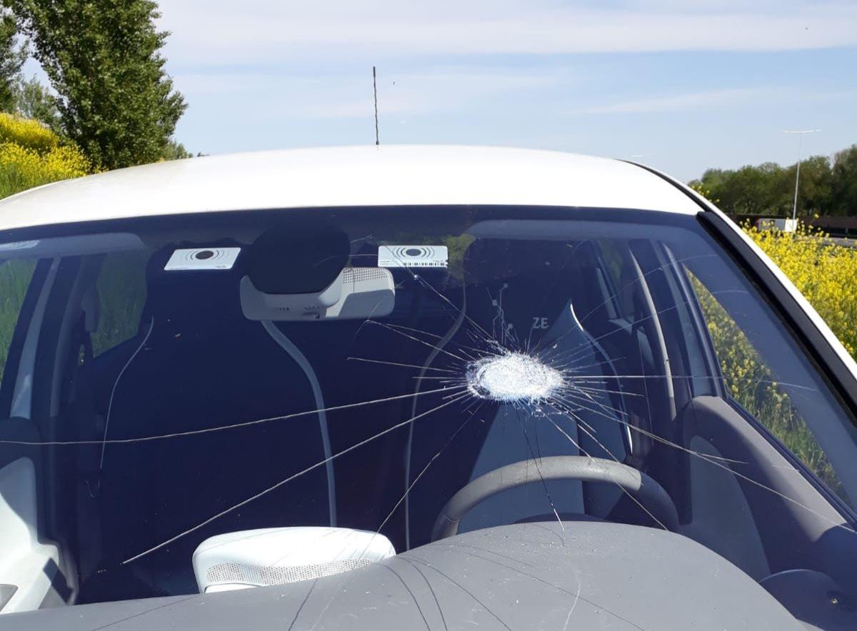 Een van de getroffen auto's op de A12 bij De Meern deze week, na stenengooiers op de Veldhuizerweg.