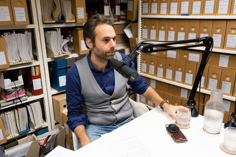 Chef Wetenschap Tonie Mudde in de podcaststudio van de Volkskrant, voor de nieuwe wetenschapspodcast Ondertussen in de Kosmos Beeld Sabine Van Wechem