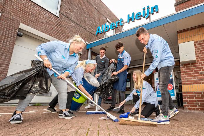 Het team van de Albert Heijn-supermarkt in Boskoop is klaar voor World Cleanup Day. Zoë van Santen (l) en Marcel Meijer (achter, zonder AH-kleding) en het team zijn alvast aan het oefenen voor het filiaal van de grootgrutter in Boskoop.