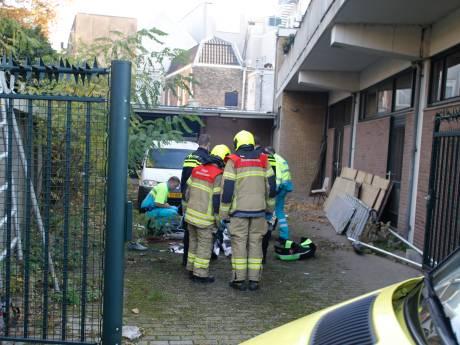 Steiger stort in tijdens werkzaamheden in Dordrecht; schilder ernstig gewond