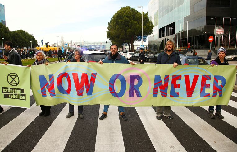 Activisten dringen aan op actie bij de klimaattop in Madrid. Beeld REUTERS