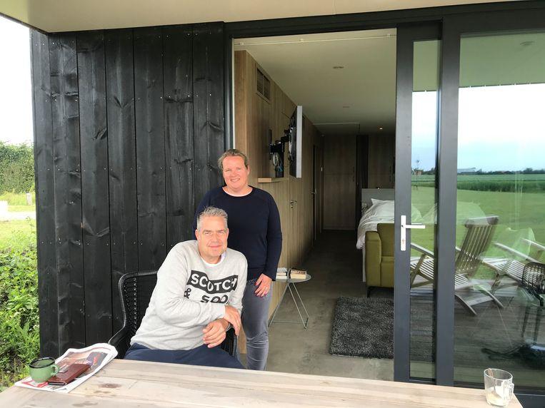 Wendy en Bas Polhuijs bij hun hotellodge in Oostkapelle.  Beeld Kaya Bouma