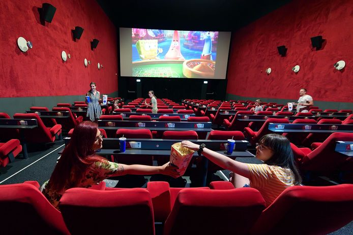 Popcorn delen met een stoel ertussen op de dag dat de bios weer open mocht.