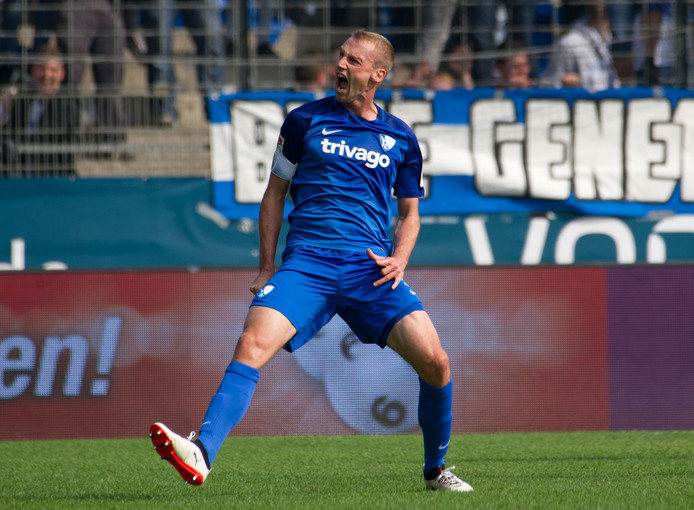Bochum-captain Felix Bastians viert een doelpunt.