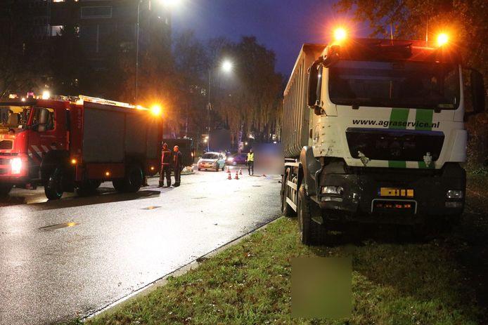 De vrachtwagen is licht beschadigd geraakt.
