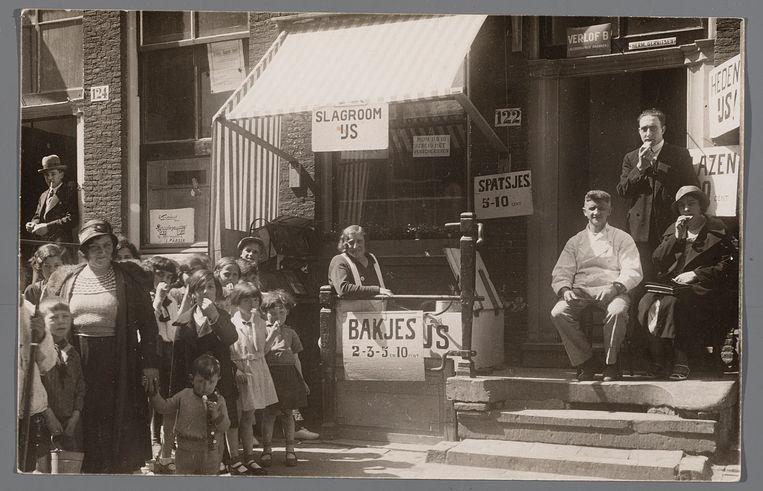 De ijswinkel in de Rapenburgerstraat in 1935. Beeld rv