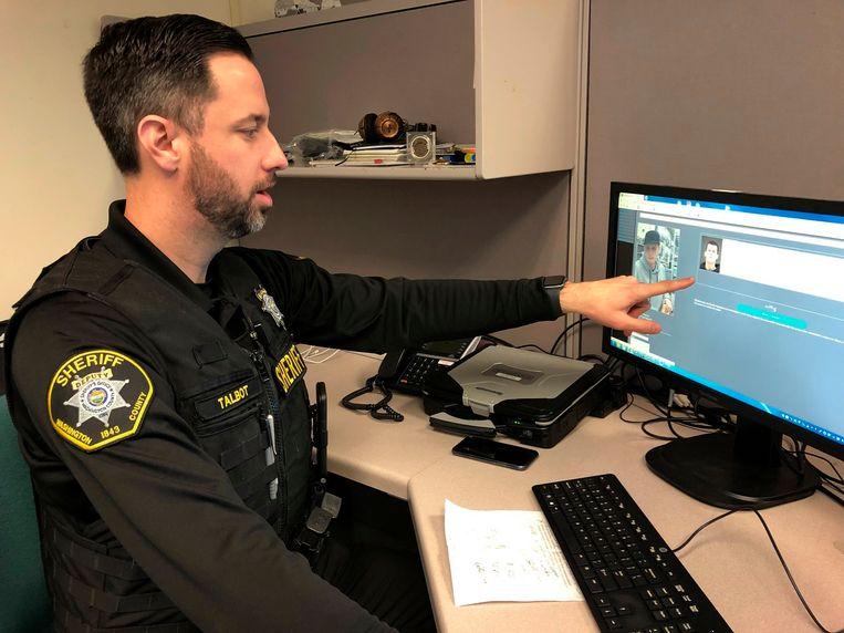 Hulpsheriff Jeff Talbot (Washington County) laat zien hoe zijn bureau gezichtsherkenning gebruikt. De foto is vorig jaar februari genomen. Beeld AP